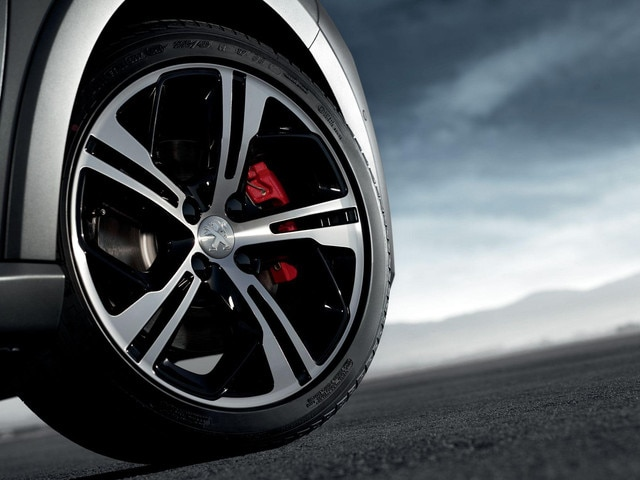 "PEUGEOT 208 GTi: 17"" aluminium rims as standard and red brake callipers"